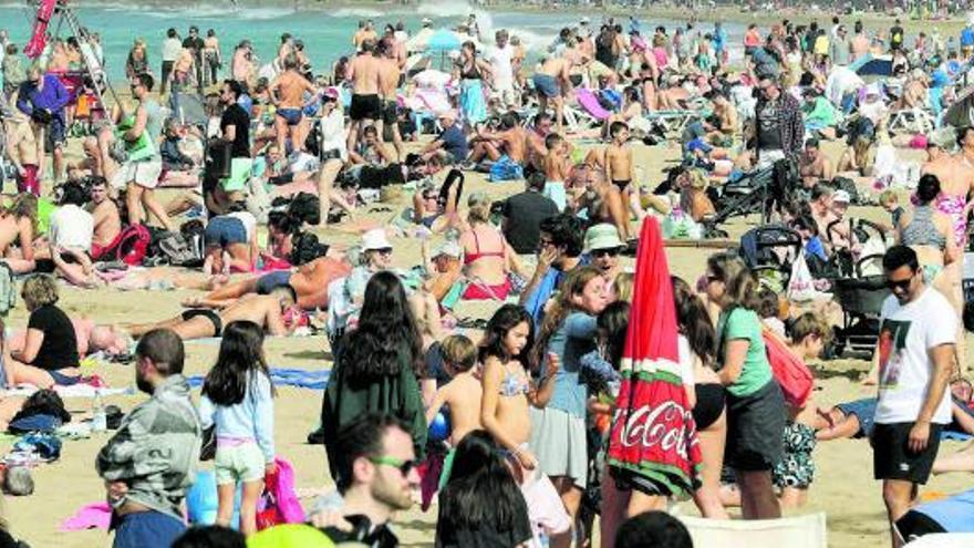 Canarios y peninsulares 'resucitan' al turismo