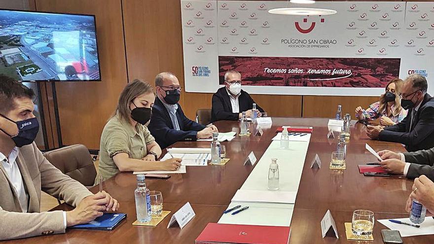 Refuerzan con nuevas líneas el transporte público a los polígonos de San Cibrao y de Barreiros