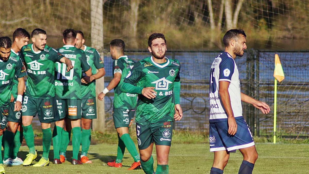 Marquitos sale de la celebración del segundo de los goles del Arenteiro ante el Ourense CF. |  // CD ARENTEIRO