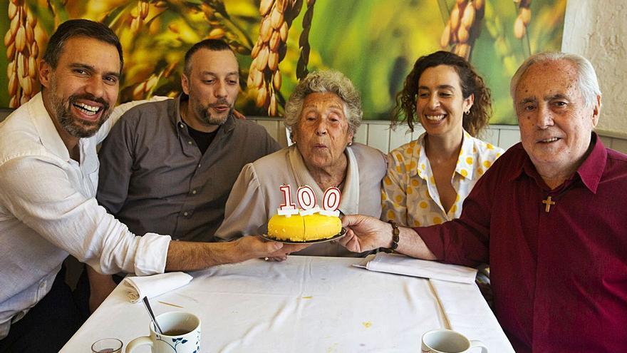 Amparo Moll, la «ayudante» del artista de Hogueras Pedro Soriano cumple 100 años