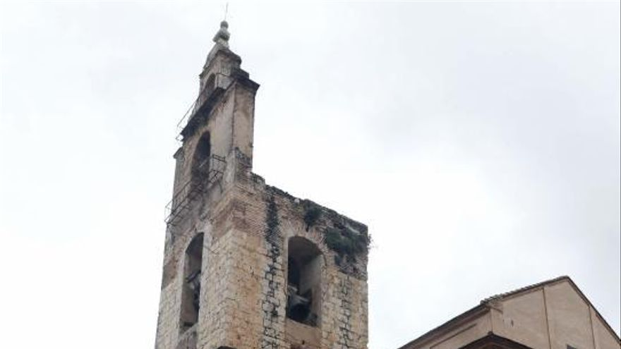 Alzira apremia al cura a quitar el pináculo de  la torre gótica