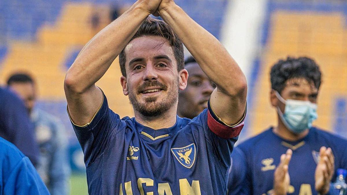 Rafa de Vicente saluda a la grada después de un partido con el UCAM Murcia.    // L. O.