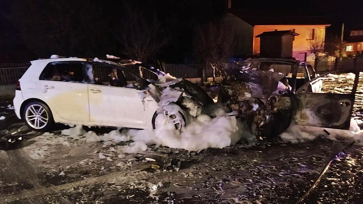 Estado en el que quedaron los dos vehículos tras la colisión frontal el jueves en Ordes. |   // EFE