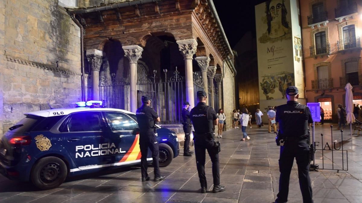 Agentes de la Policía Nacional durante el dispositivo especial desplegado en Jaca.