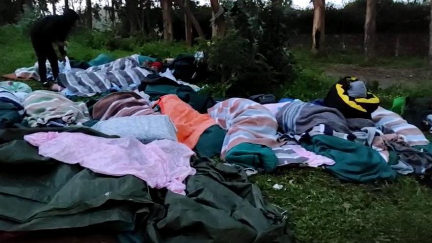 Los migrantes de la protesta delimitan su espacio para controlar sus provisiones