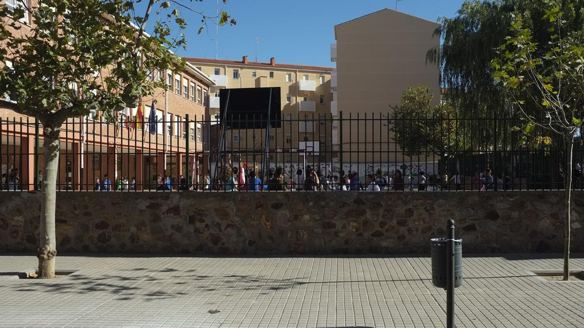 Vista del colegio de Infantil y Primaria Las Eras desde fuera de las instalaciones.