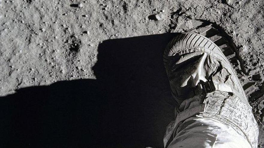 La hilarante simulación de la 'caminata lunar' para denunciar el mal estado de las calles
