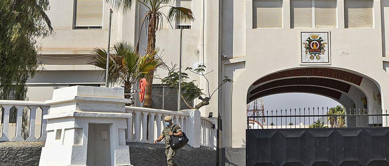 Un militar sale del acuartelamiento del Regimiento de Infantería Ligera 'Soria 9', en la capital, ayer.    