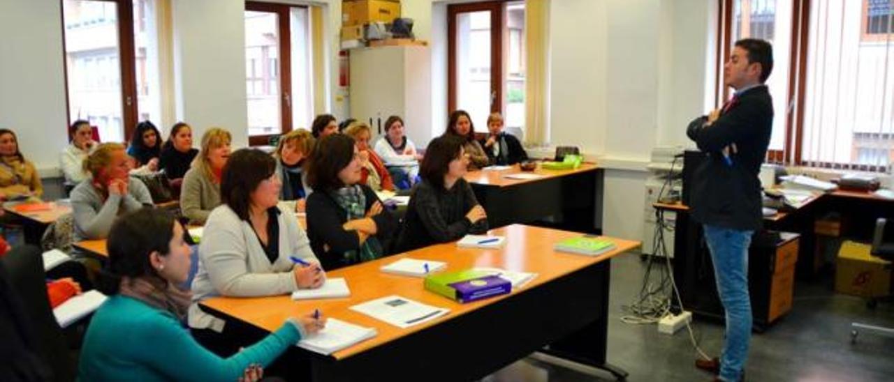 Germán Posada, de la Escuela de Emprendedoras, habla para las 25 alumnas ayer, en la segunda sesión del curso en Arriondas.