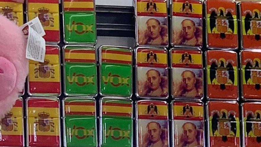Regalos con la efigie de Franco y las siglas de Vox en la Fira de Benissa