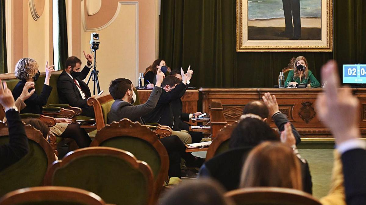 Los ediles del equipo de gobierno votando en contra de una de las mociones presentadas por la oposición.   MEDITERRÁNEO