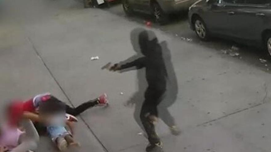 Impactantes imágenes de un tiroteo en el barrio neoyorquino del Bronx: la víctima se escuda en dos niños