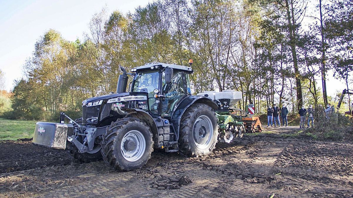 El conselleiro comprobó las labores de siembra mecanizada de O Rodo en Agolada. |  // BERNABÉ/ANA AGRA
