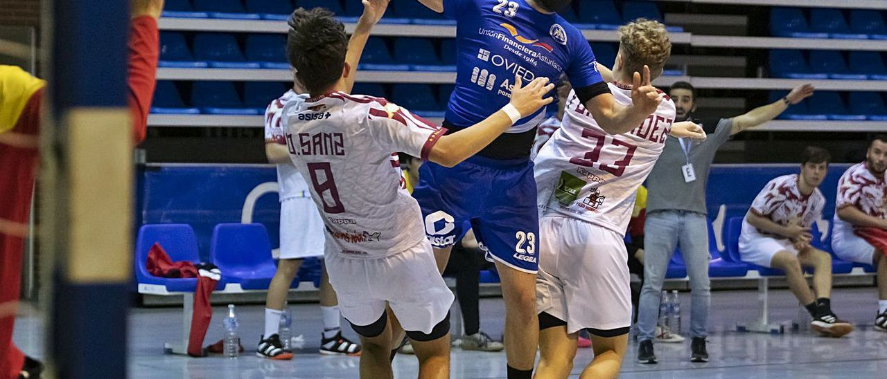 Maxi Cancio intenta un lanzamiento en el partido frente al Ademar. | Base Oviedo