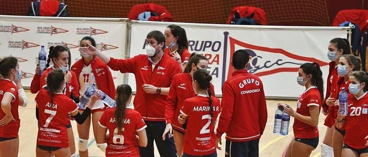 Saúl Pérez da instrucciones a sus jugadoras en un tiempo muerto.   RGCC