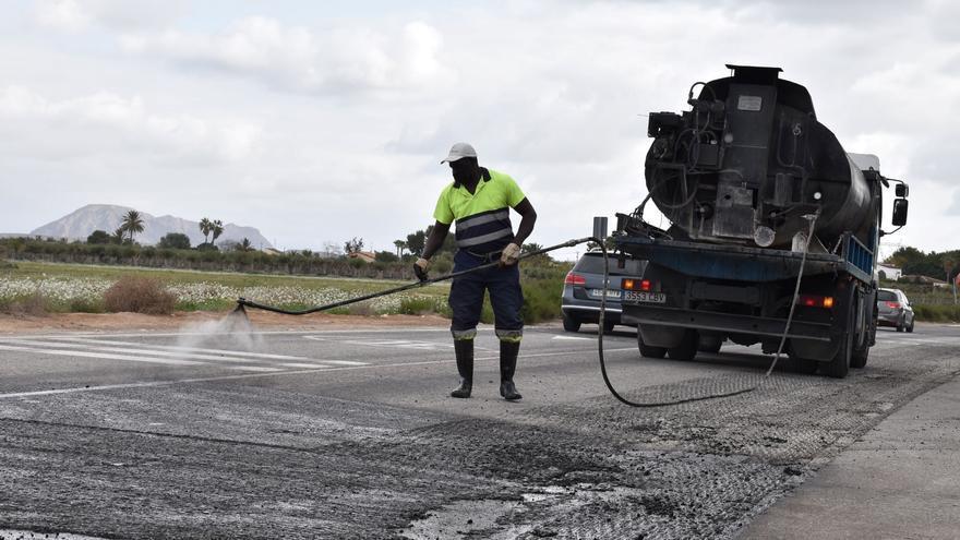 Elche asfalta dos kilómetros del Camino Viejo de Alicante para mejorar la seguridad vial
