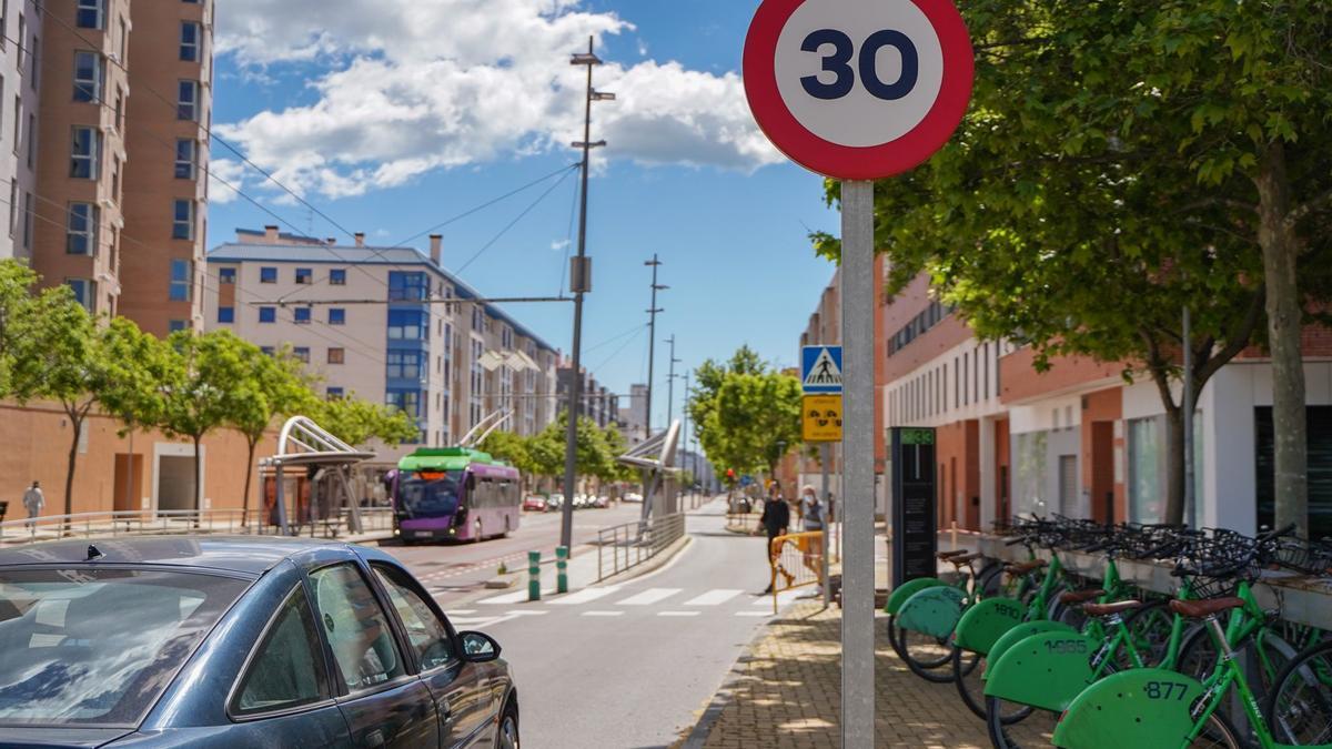 Imagen de una señal de 30 km/h en un vial de la zona de la UJI de Castelló.