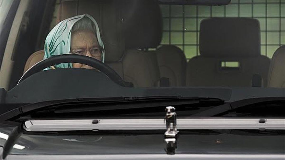 La reina Isabel II, al volant del seu cotxe, en una imatge d'arxiu.