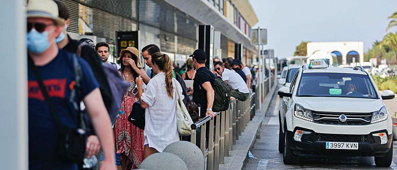 Esperando un taxi en la parada del aeropuerto de es Codolar