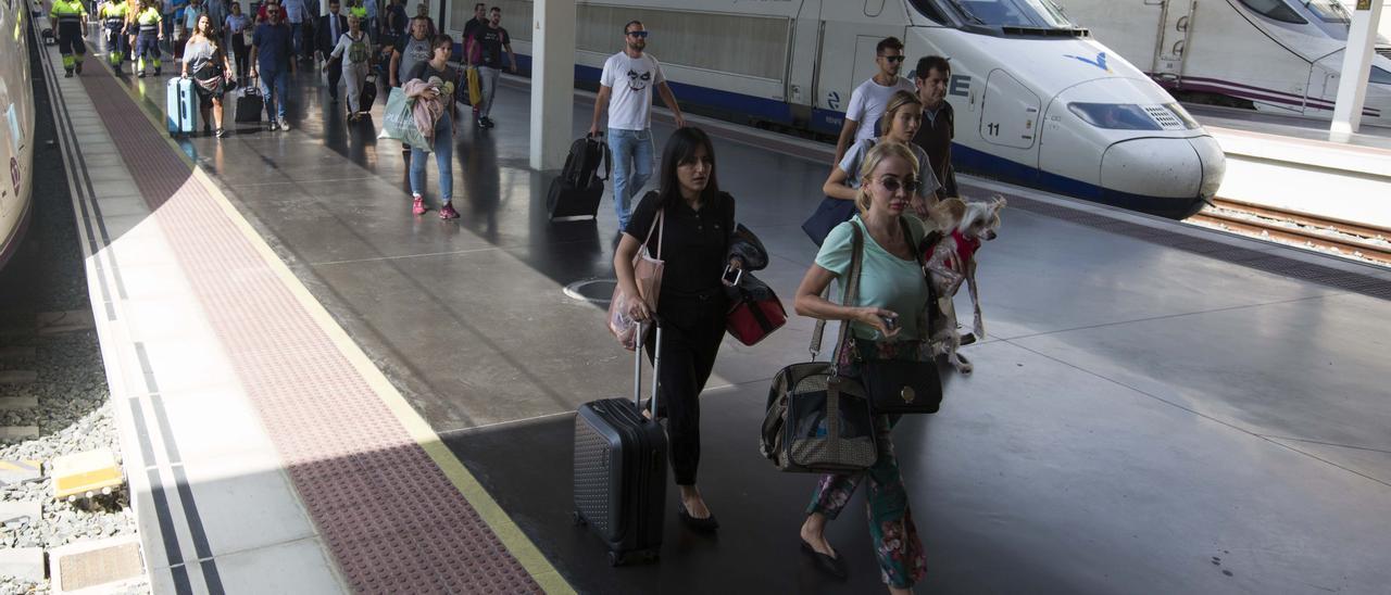 Pasajeros en la terminal del AVE de la estación de Alicante