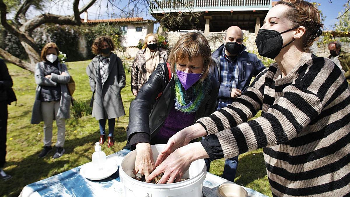 Karin Ohlenschläger y Virginia López, con un cubo de semillas. | Á. González