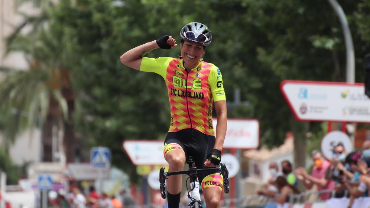 Mavi García celebra su victoria en la meta de La Nucia