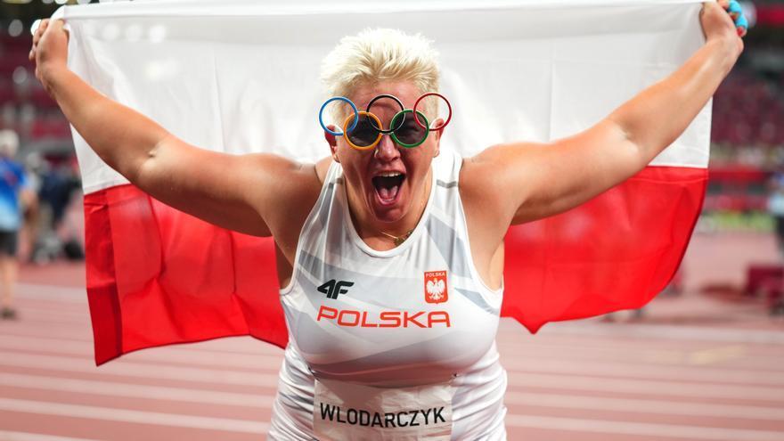 Wlodarczyk, primera mujer de la historia con tres oros en una sola prueba