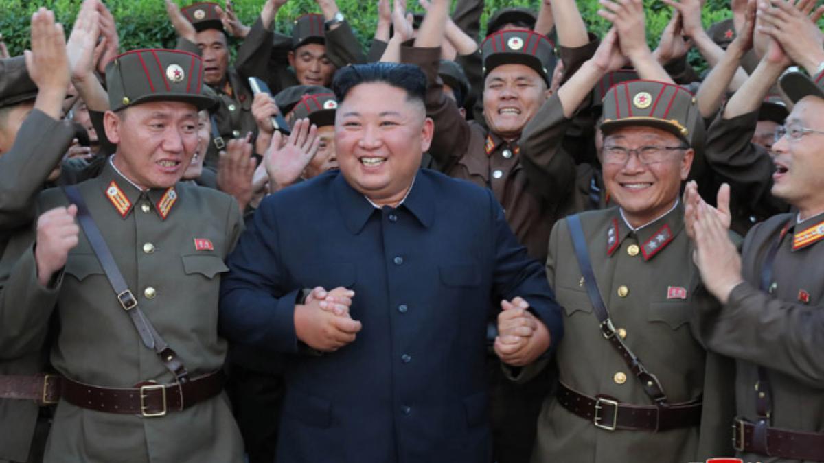 Archivo - El líder de Corea del Norte, Kim Jong Un, junto a militares del Ejército del país