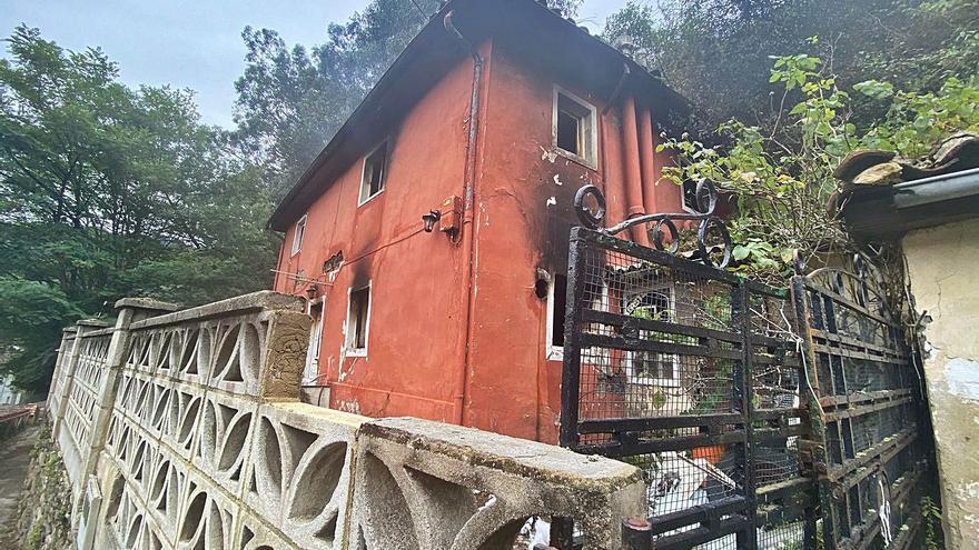 Investigan si el incendio que calcinó una casa en Santa Cruz (Mieres) fue intencionado