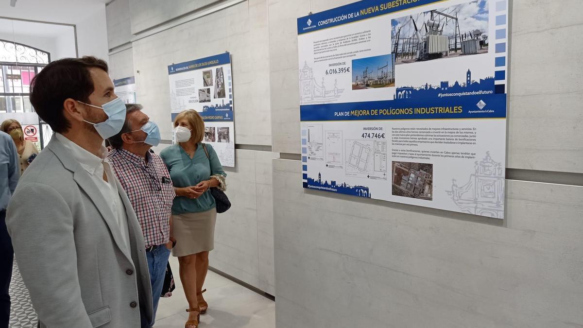 El alcalde de Cabra, Fernando Priego, observa uno de los paneles de la exposición.