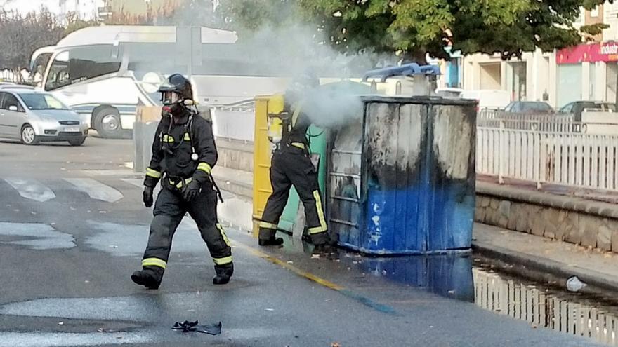 Los bomberos de Benavente sofocan el fuego de un contenedor de papel en el Ferial