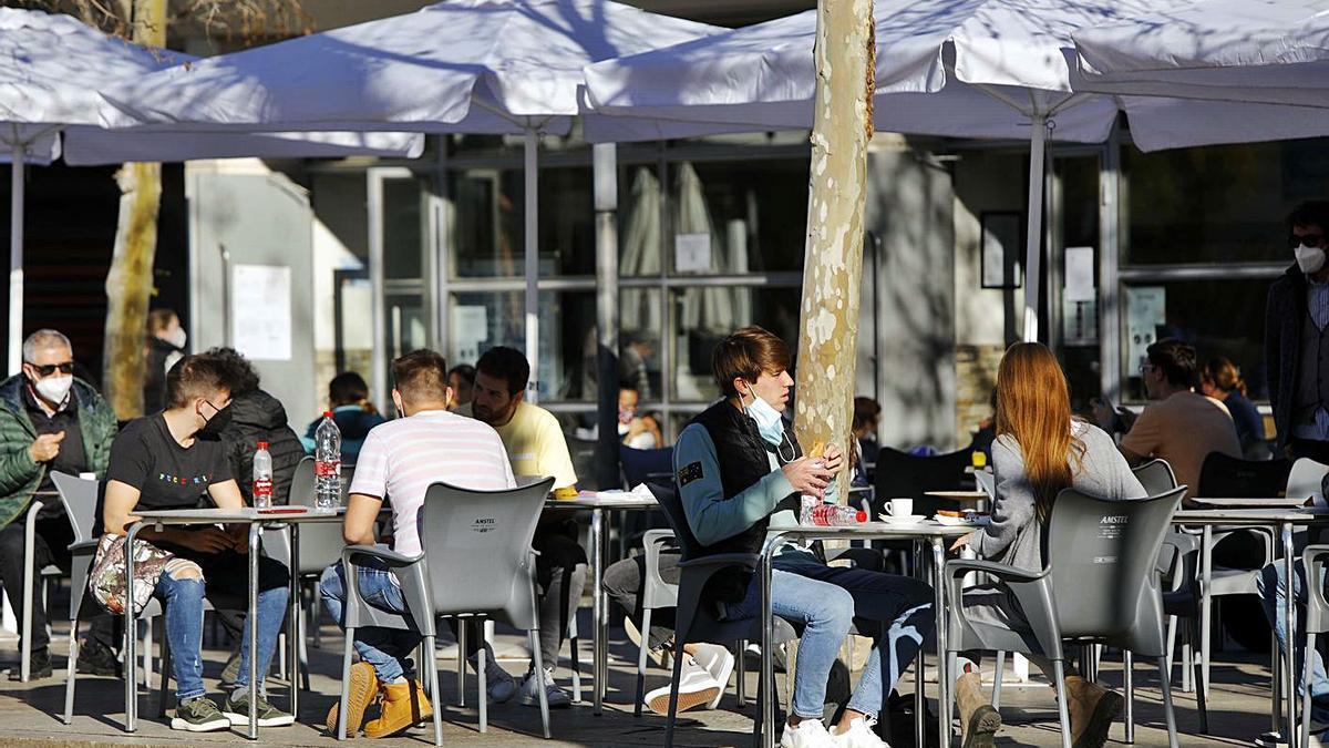 Clientes en una terraza en un bar de València. | M. A. MONTESINOS