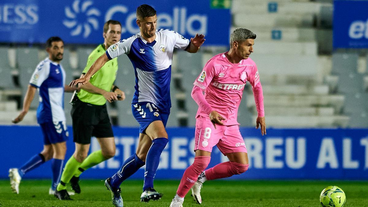 Salva Sevilla conduce el balón en el partido ante el Sabadell.