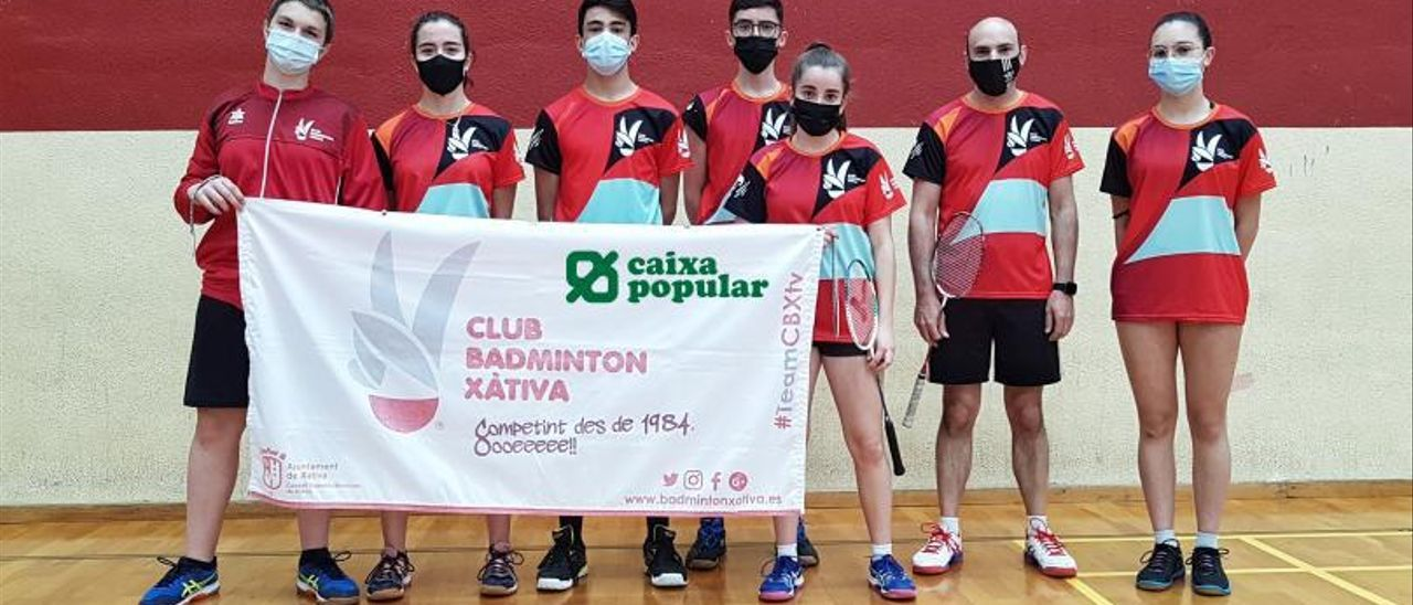 Deportistas del Bádminton Xàtiva en la jornada de la Liga Autonómica de Clubes en Aspe.   JAVIER ALCÁZAR