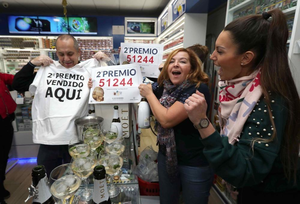 Los propietarios de la administración de lotería de la calle Ripoche en Las Palmas de Gran Canaria celebran el segundo premio vendido en su oficina y que ha recaído en el número 51244. EFE