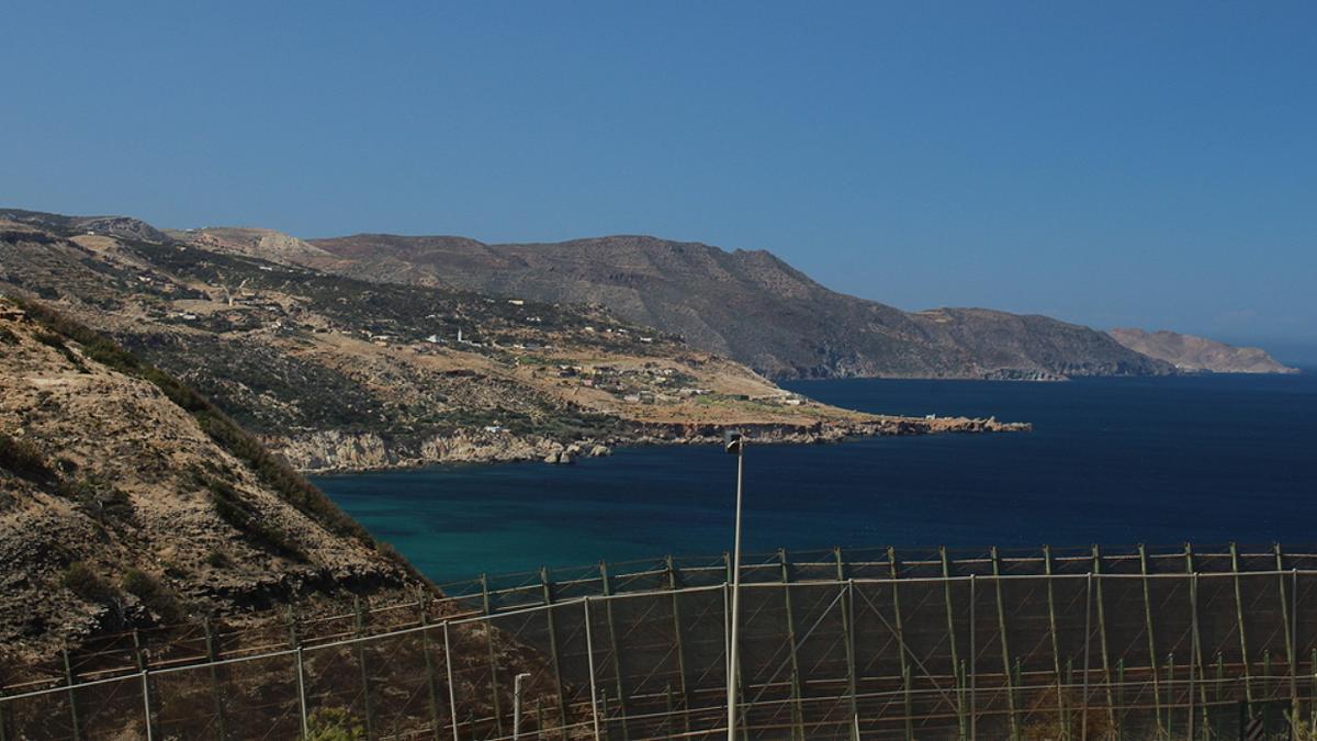 Una vista de la valla de Melilla junto a la línea costera.