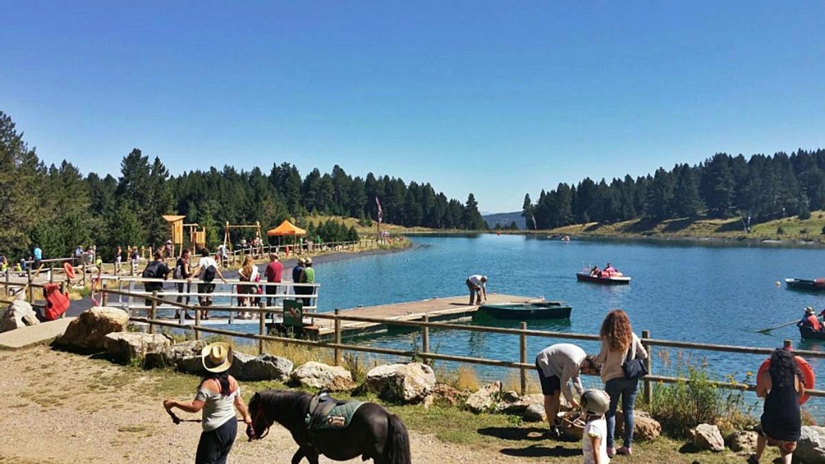 El llac de La Molina amb usuaris dels seus serveis turístics aquest estiu | TURISME CERDANYA