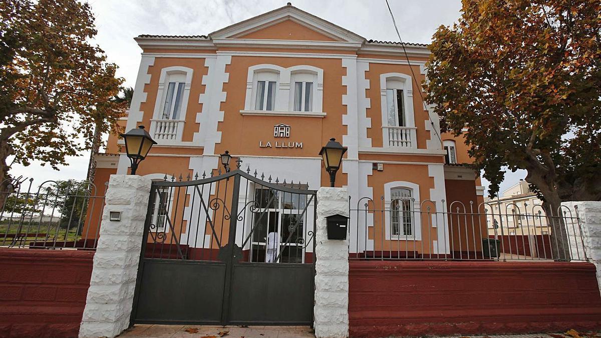 La residencia La Llum de Carlet ha sido cerrada a cal y canto para evitar riesgos.   VICENT M. PASTOR