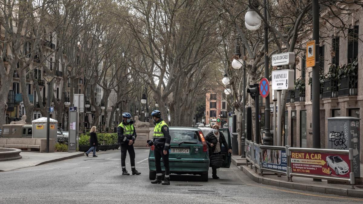 Imagen de archivo de un control policial en el centro de Palma.