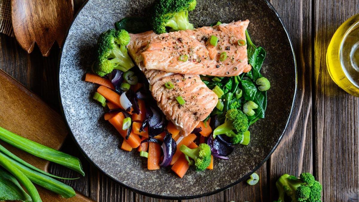 Un plato de salmón con verduras