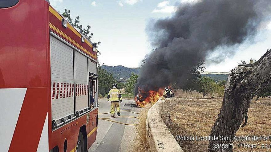 Arde un coche en Eivissa