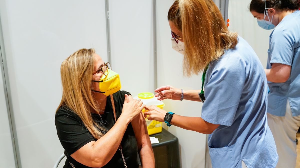 Una mujer recibe la vacuna contra la Covid-19.