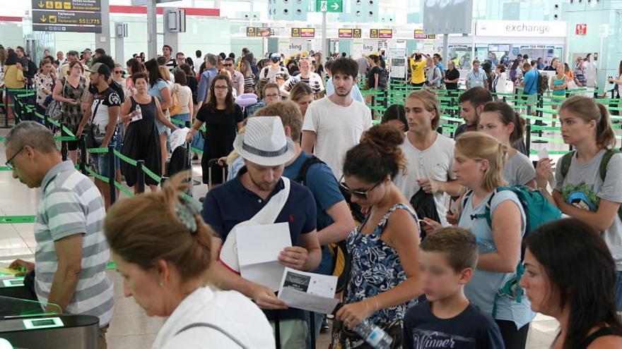 Segon dia de cues a l'aeroport del Prat per passar els controls de seguretat