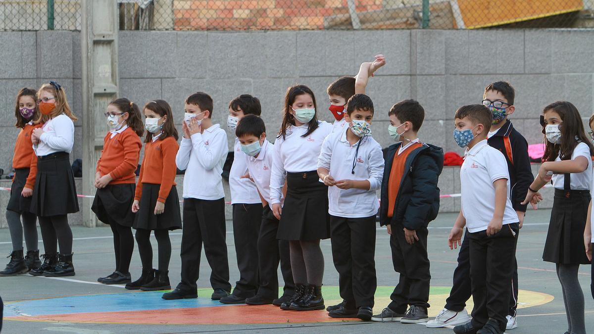 Alumnos con mascarilla de un centro escolar.