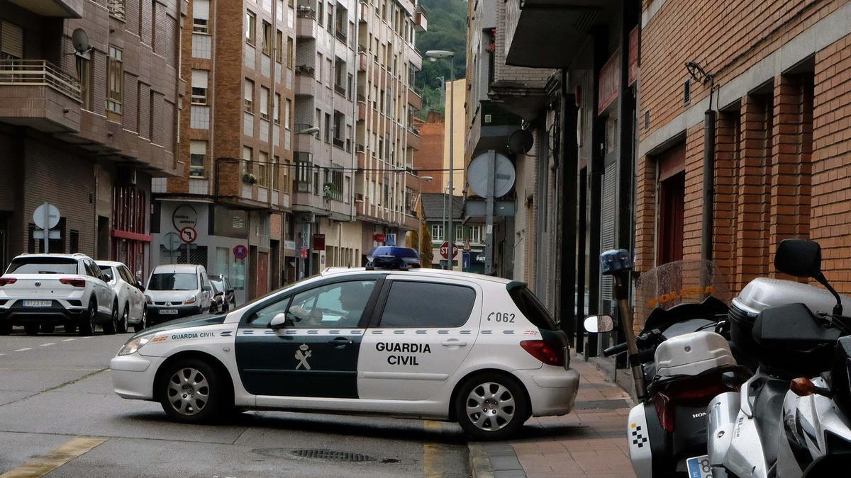 El vehículo en el que el acusado fue trasladado al juzgado de Mieres.