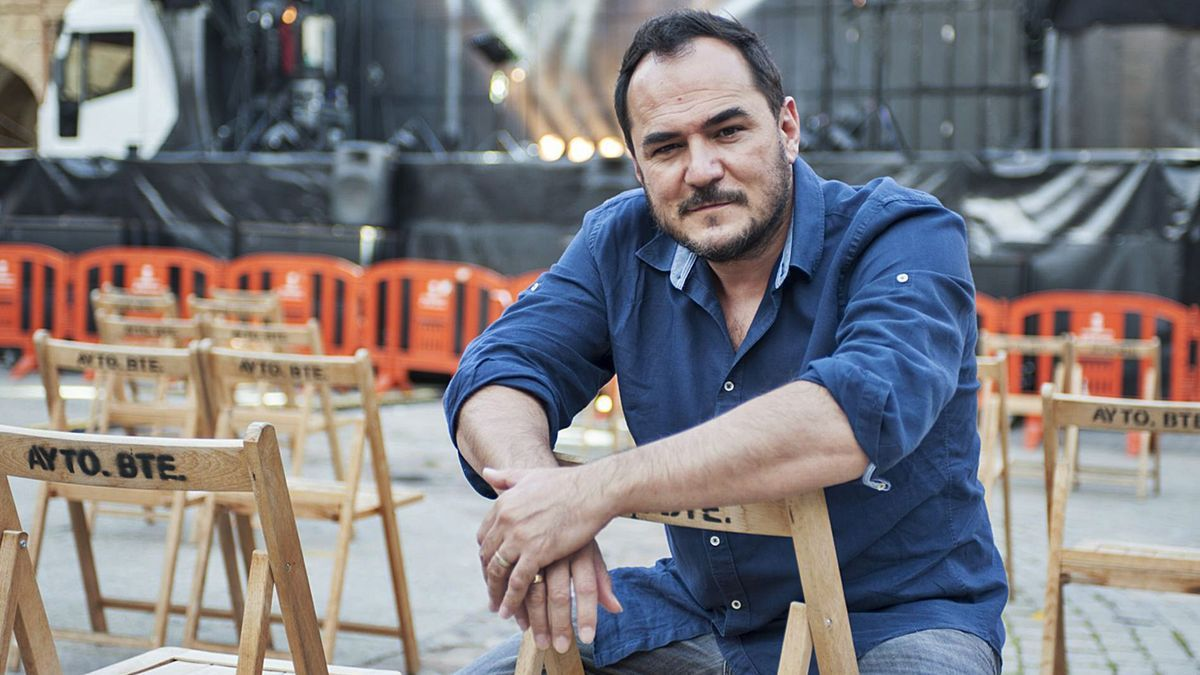Ismael Serrano, en la plaza Mayor ayer, antes del comenzar el concierto. | J. A. G.