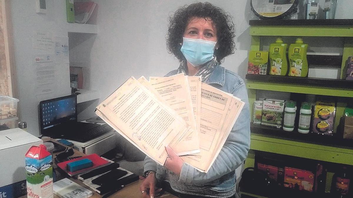 Mónica García muestra las denuncias que presentó contra su vecino.