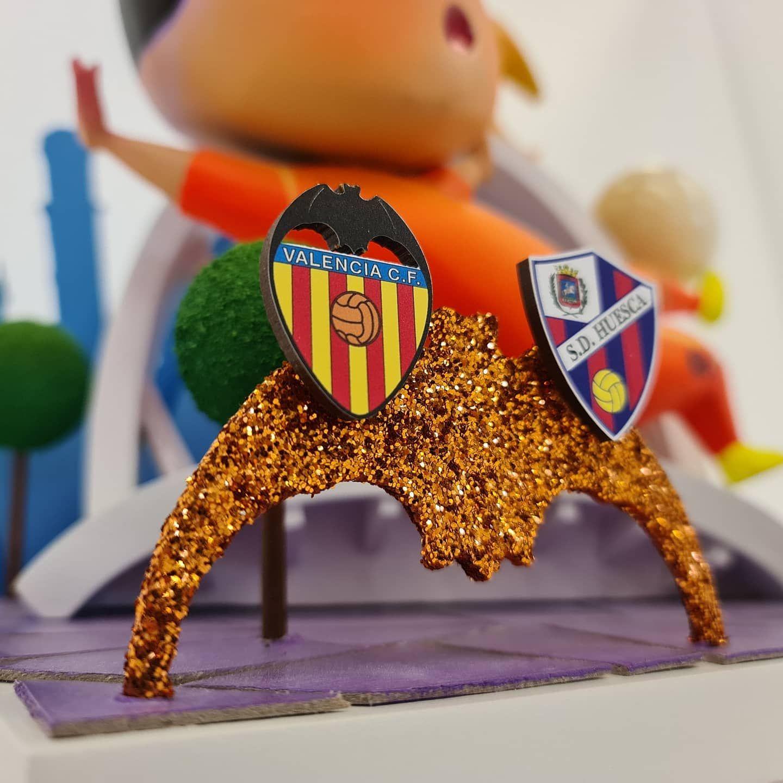 """El """"ninot"""" ha pasado a las vitrinas de la SD Huesca, pero una copia queda en uso compartido para el club de Mestalla y el ayuntamiento."""