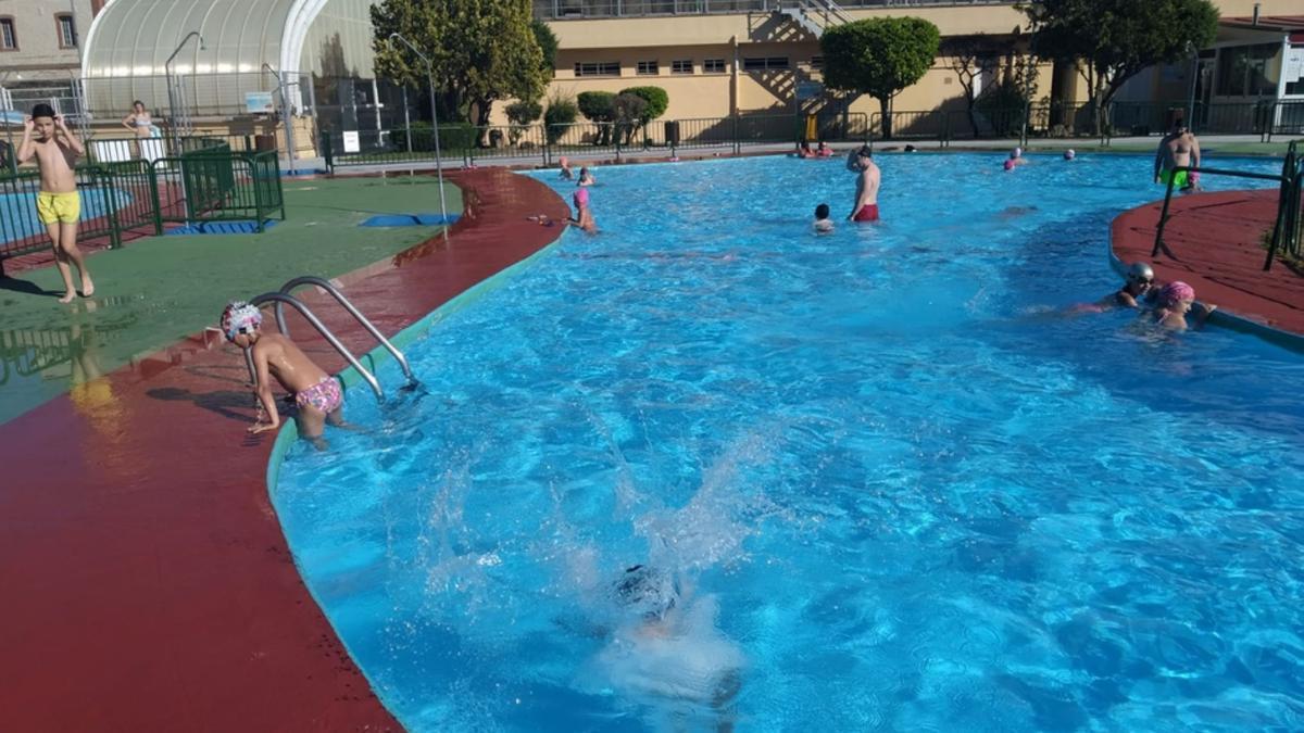 Una imagen de la temporada estival del pasado año en las piscinas de Benavente. / E. P.