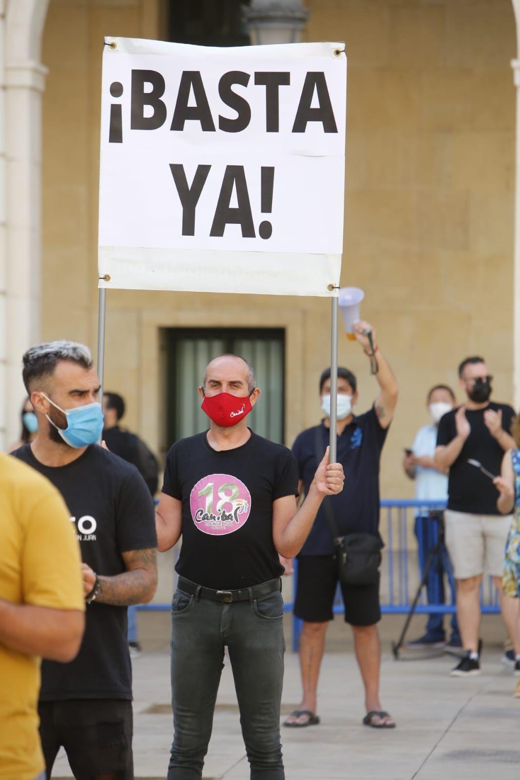 El sector de la Hostelería protesta frente al Ayuntamiento de Alicante